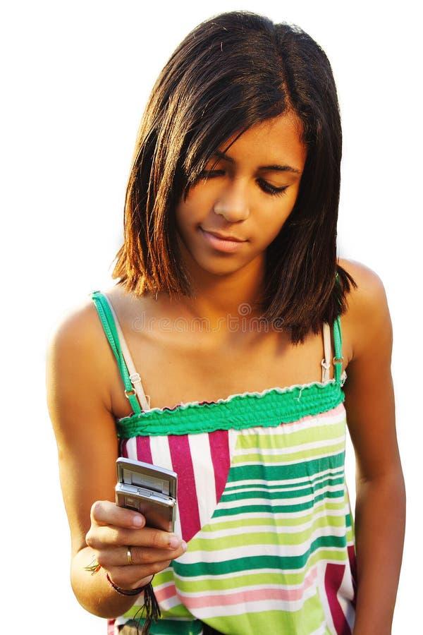 Sms de dactilografia da menina do adolescente imagens de stock