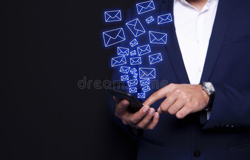 Sms de main d'homme d'affaires images stock