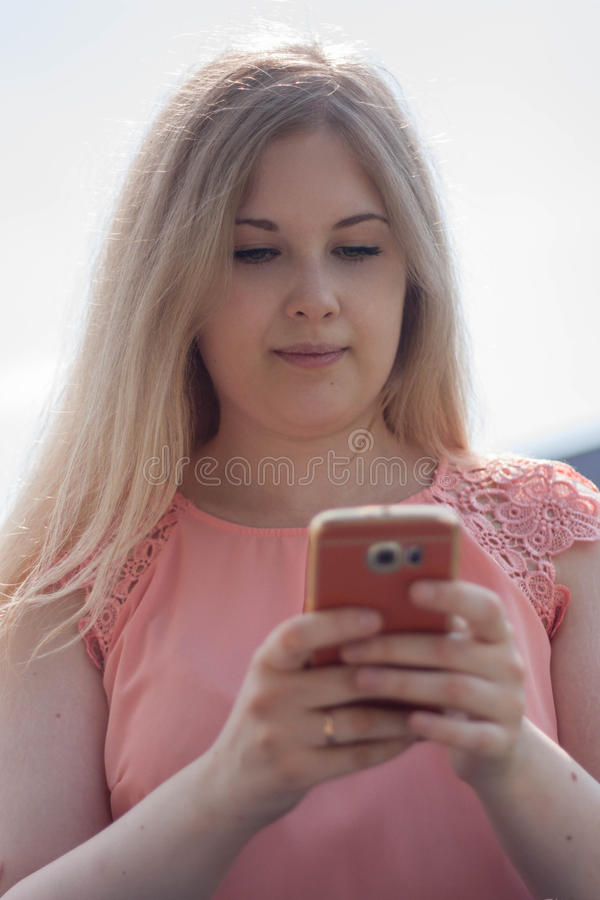 Sms Lesung der jungen Frau am Handy lizenzfreies stockbild