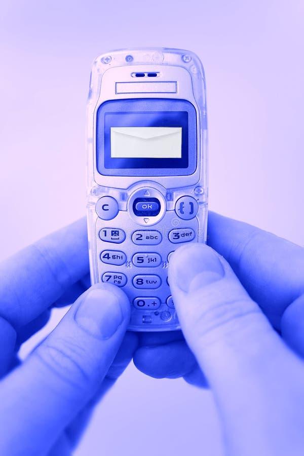 SMS - Meldungen durch das Telefon lizenzfreie stockbilder