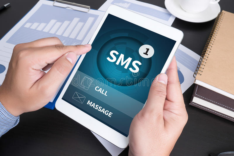 SMS-Mitteilungs-Kommunikations-Mitteilungs-Alarm-Anzeige sms stockfotos