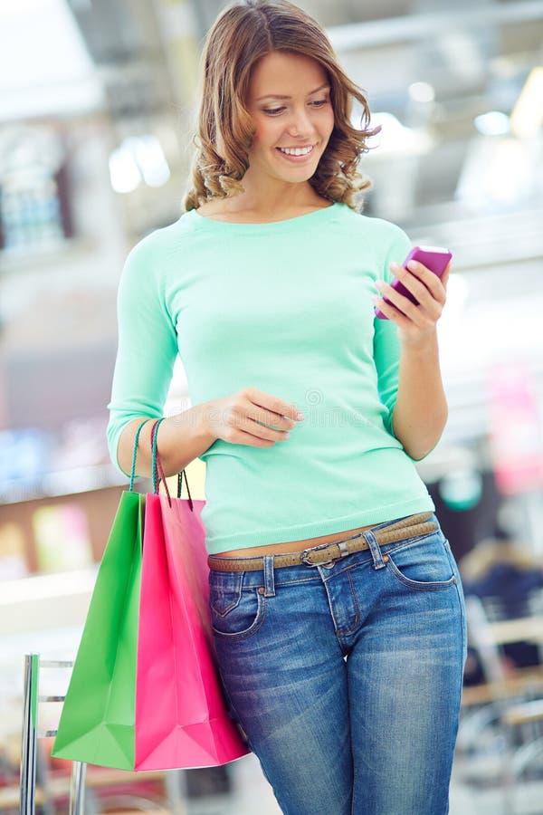 Sms over het succesvolle winkelen stock foto's