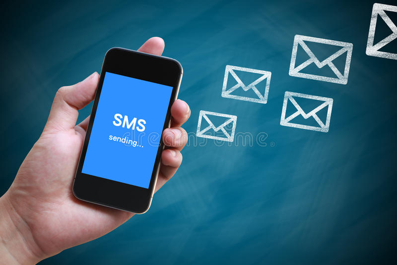 SMS Senden lizenzfreie stockbilder