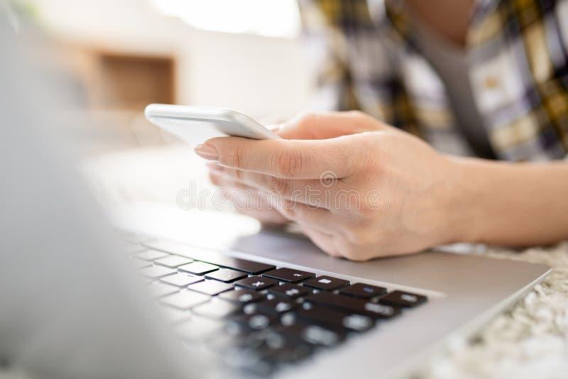 Sms textotants au téléphone photographie stock libre de droits