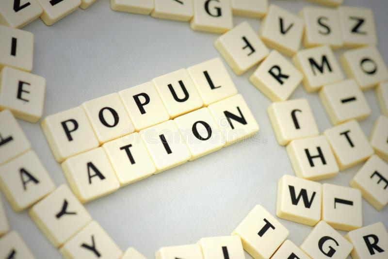 smsa befolkning på den gråa bakgrunden nära bokstäverna arkivbild