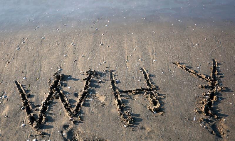 Smsa DÄRFÖR på stranden royaltyfri bild