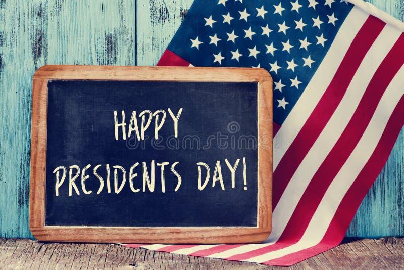 Smsa den lyckliga presidentdagen i en svart tavla och flaggan av USA royaltyfri foto