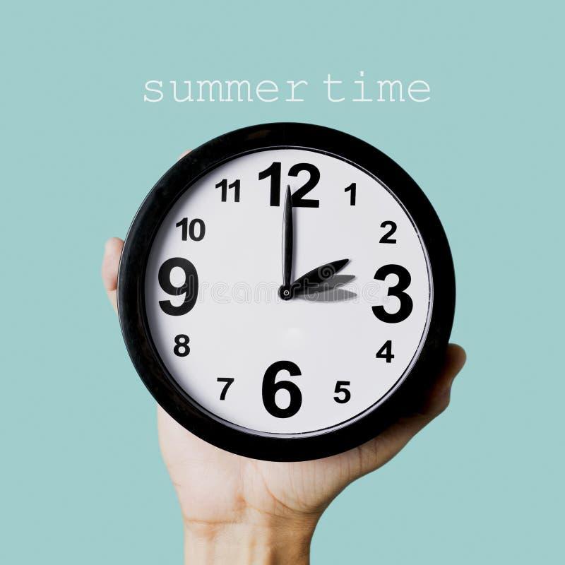Smsa den sommartid och klockan som justeras en timme arkivbild