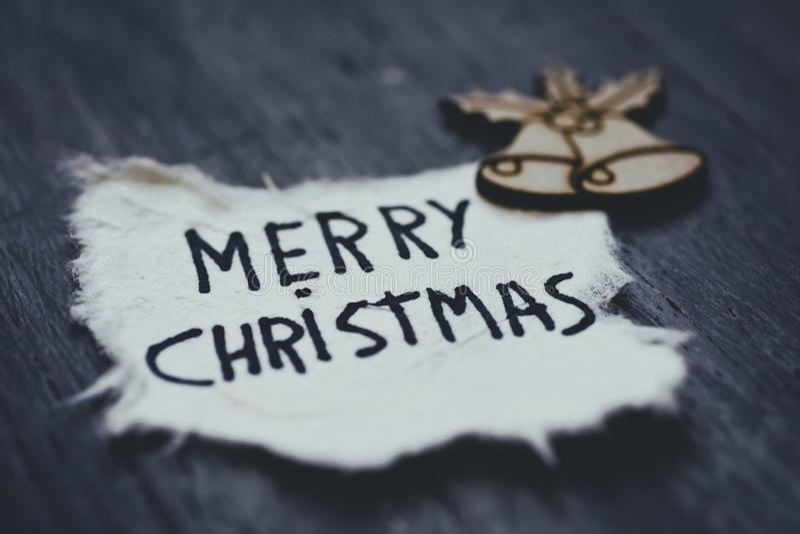 Smsa glad jul i ett stycke av papper arkivbild