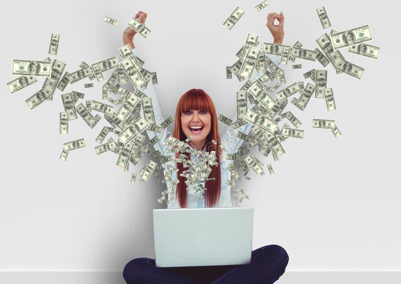 smsande pengar lycklig ung hipsterkvinna med händer upp med bärbara datorn Pengar som kommer upp från bärbara datorn arkivfoto