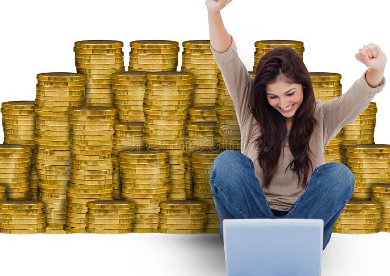 smsande pengar Ung kvinna med bärbara datorn som är främst av pengar royaltyfria bilder
