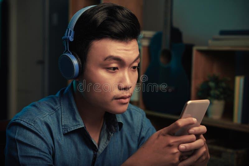 Smsande vietnamesisk man royaltyfria foton
