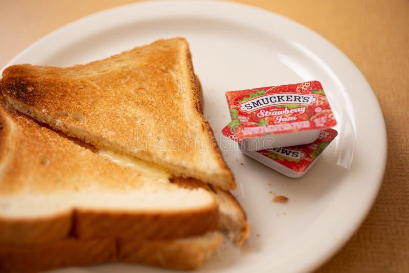 Smuckers driftstopp och rostat bröd på en restaurang arkivfoton