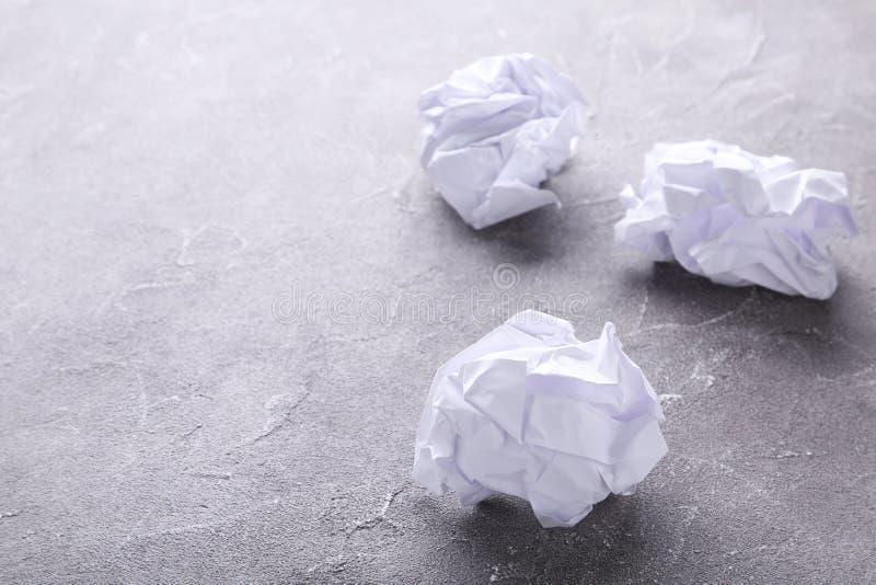 Smulat papper på en grå konkret bakgrund, makro royaltyfri bild