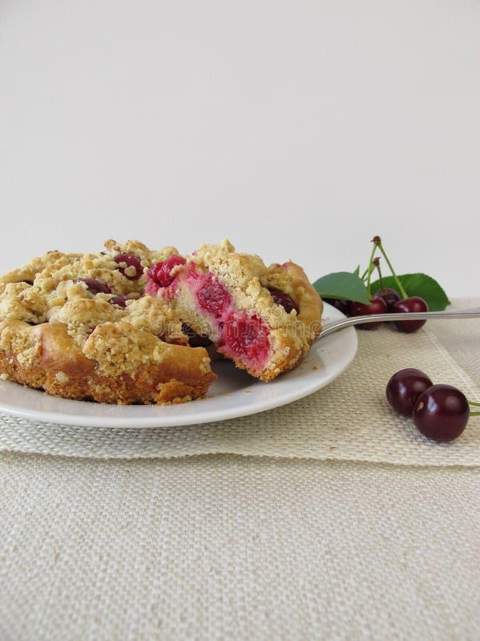 Smulpajkaka med sura körsbär royaltyfri bild