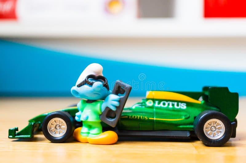 Smurf y coche de carreras fotografía de archivo