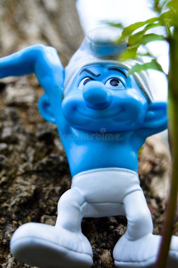 Smurfs bonito na floresta foto de stock royalty free
