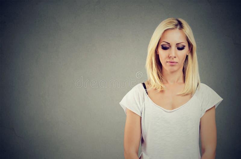 Smutna blondynki kobieta patrzeje w dół fotografia royalty free