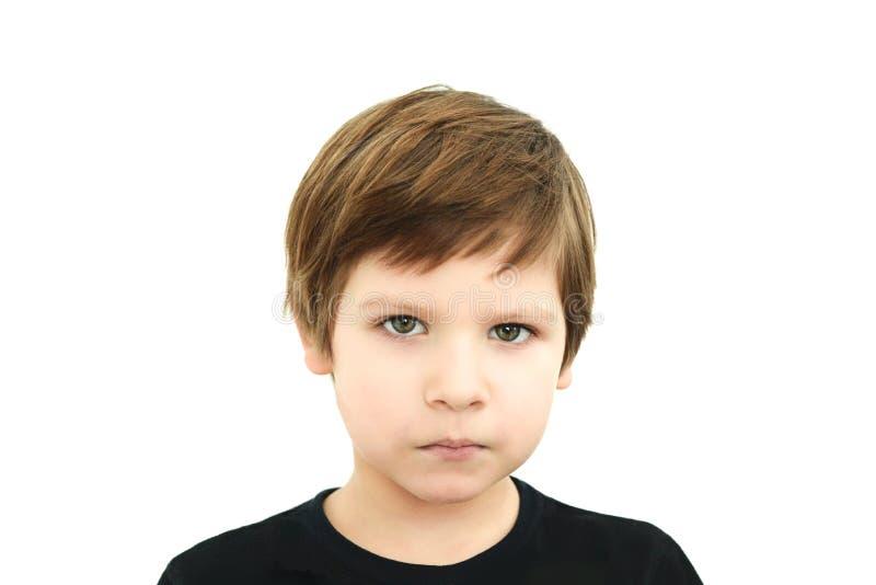 Smutna chłopiec w czarnej koszulce na białym tle zdjęcia royalty free