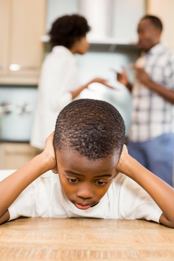 Smutna chłopiec przeciw rodziców dyskutować obrazy royalty free