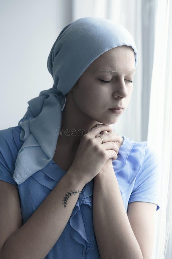 Smutna chora młoda dziewczyna fotografia royalty free