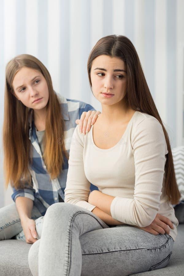 Smutna dziewczyna pocieszająca jej przyjacielem obraz royalty free