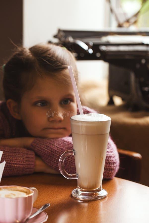 Smutna dziewczyna z szkłem kakao obraz royalty free