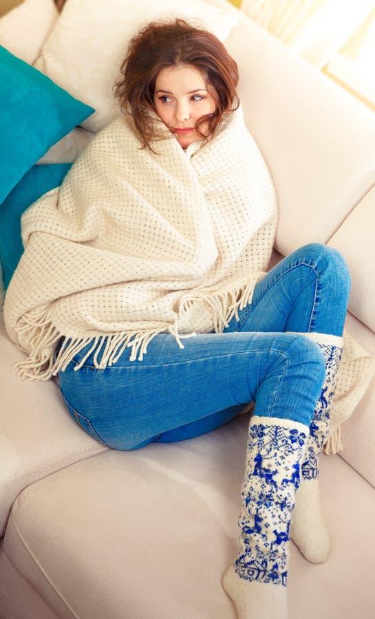 Smutna dziewczyna zawijająca w ciepłej szkockiej kracie fotografia stock