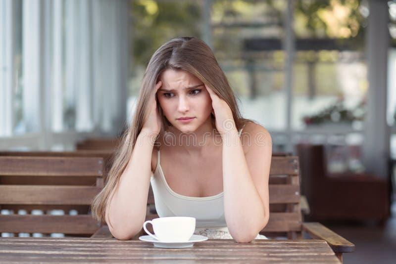 Smutna i przygnębiona kobieta samotnie w osamotnionym barze po przerwy w górę obrazy stock