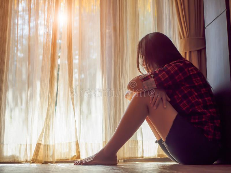 Smutna kobieta ściska jej kolano i płacze obraz royalty free