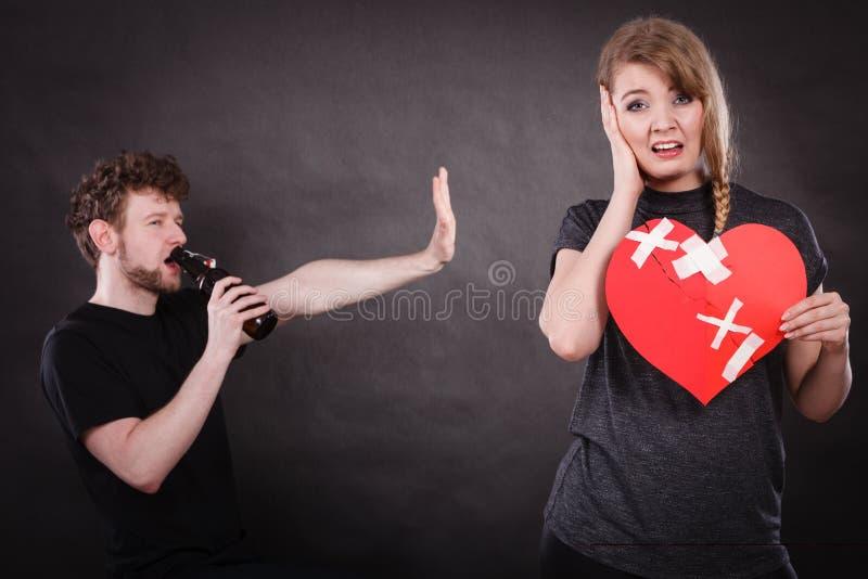Smutna kobieta i mężczyzna uzależniający się alkohol złamane serce fotografia royalty free