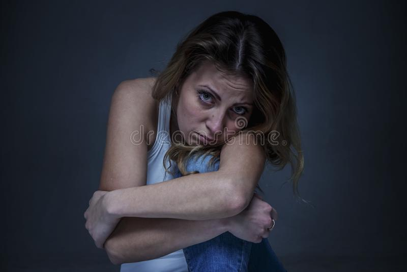 Smutna kobieta jako symbol ból i rozpacz zdjęcie royalty free