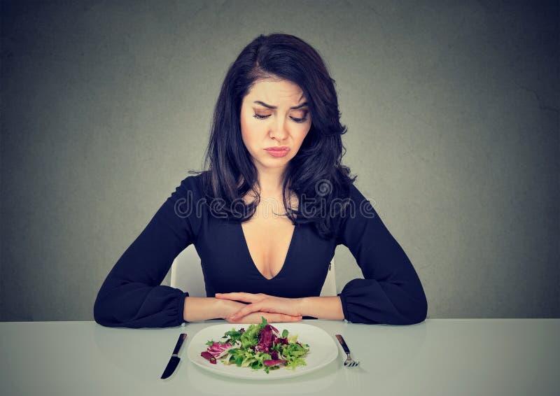 Smutna kobieta ma zawodzić dietę zdjęcie royalty free