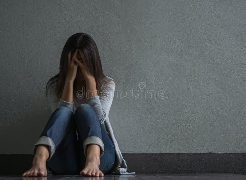Smutna kobieta siedząca samotnie zamykał jej płacz i twarz podczas gdy zdjęcia royalty free