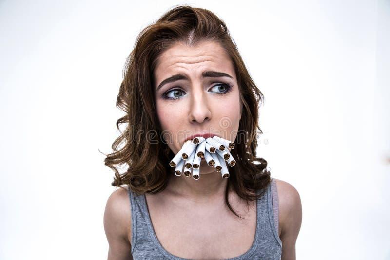 Smutna kobieta trzyma wiele papierosy w usta fotografia stock