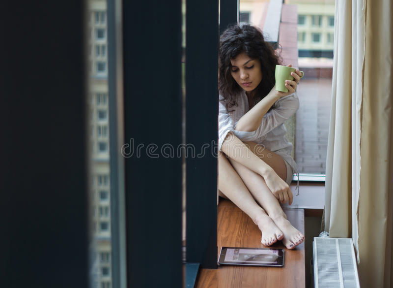 Smutna kobieta w domu obrazy royalty free