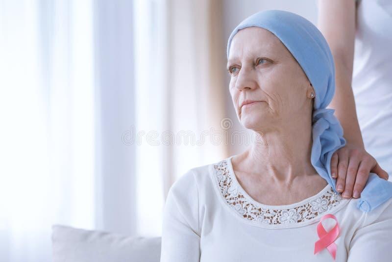 Smutna kobieta z różowym faborkiem zdjęcia stock