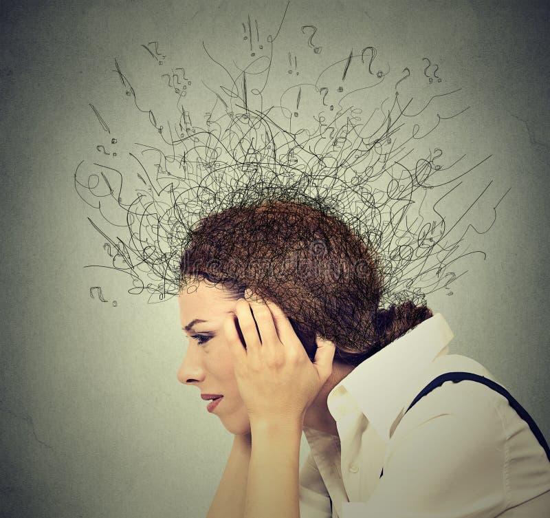 Smutna kobieta z zmartwionym zaakcentowanym twarzy wyrażeniem i mózg stapianie w linia znaki zapytania zdjęcia royalty free