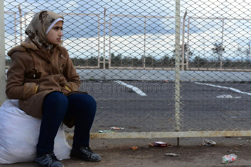 Smutna młoda dziewczyna - uchodźca zdjęcia stock
