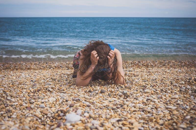 Smutna młoda kobieta na plaży fotografia stock