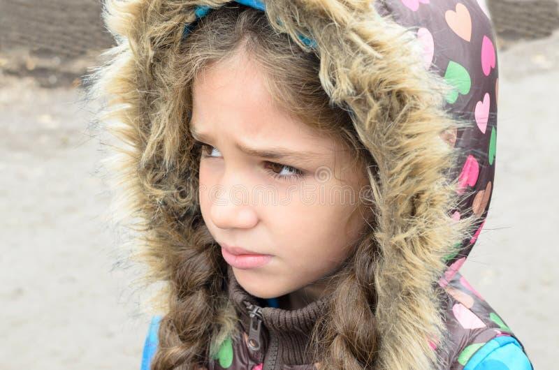 Smutna mała dziewczynka outdoors fotografia stock