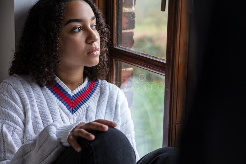 Smutna Mieszana Biegowa Biracial amerykanin afrykańskiego pochodzenia nastolatka kobieta obraz royalty free