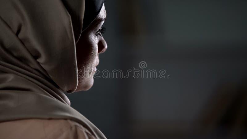 Smutna muzułmańska dama w hijab cierpieniu od nieszczęśliwego małżeństwa, rodzinni problemy obrazy royalty free