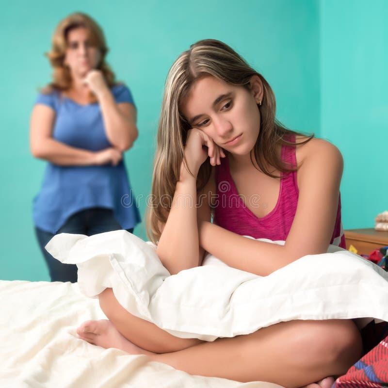 Smutna nastoletnia dziewczyna i jej zmartwiona matka fotografia stock