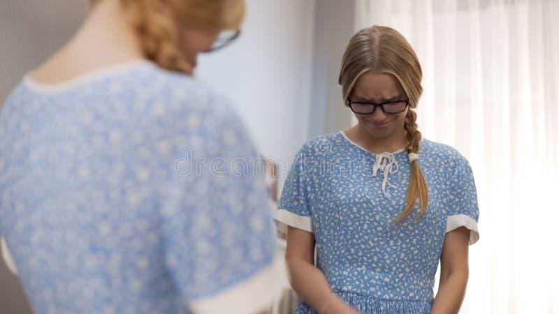 Smutna nastoletnia dziewczyna w staromodnym smokingowym płaczu, czuć zły biedny pojawienie zdjęcie royalty free