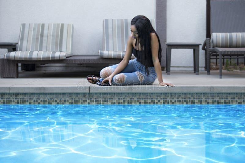 Smutna osamotniona kobieta na wakacje ona w kurorcie obraz stock