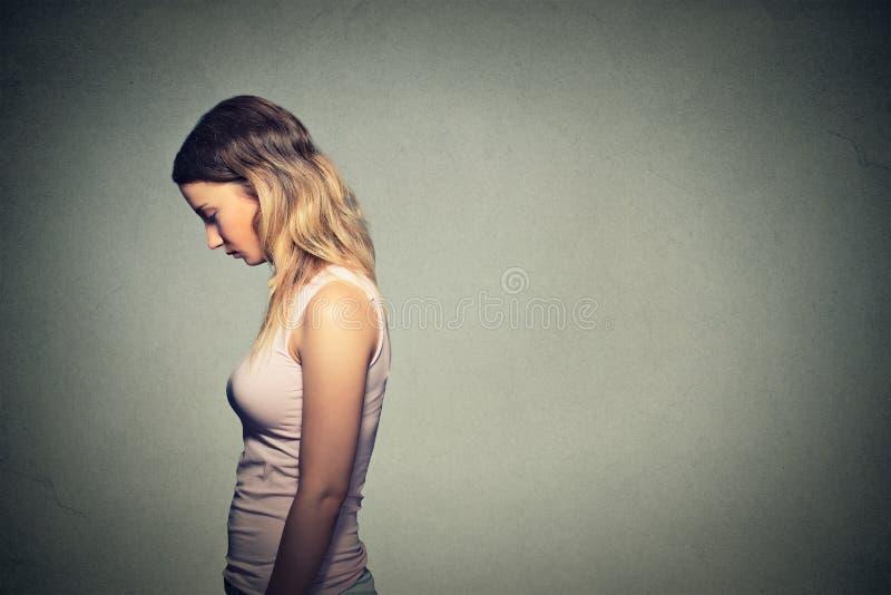 Smutna osamotniona kobieta patrzeje w dół obraz royalty free