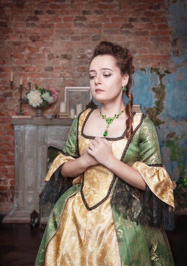Smutna piękna kobieta w średniowiecznej sukni obraz royalty free