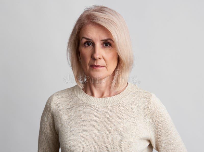 Smutna piękna starzejąca się kobieta fotografia stock