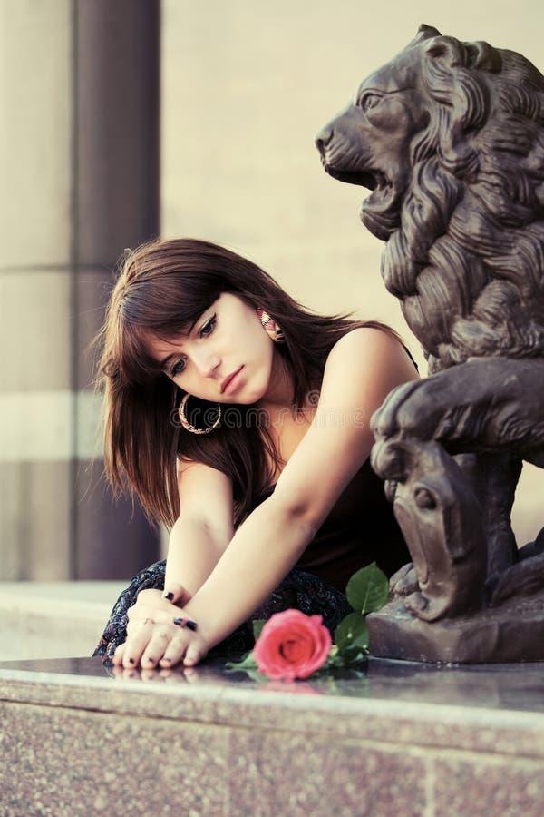 Smutna potomstwo mody kobieta z czerwieni różą plenerową obraz stock